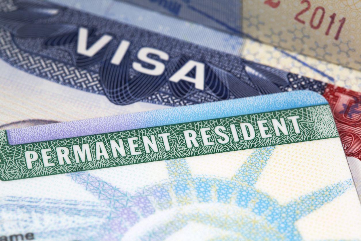 La tarjeta de residente permanente expedida por USCIS. iStock