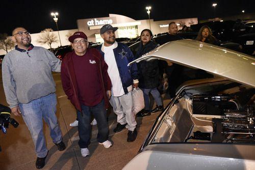 """John Sabedra, el segundo de izquierda a derecha, platica con un grupo de amigos junto a su auto """"Homie Stylin"""", durante la reunión After Hop, afuera del restaurante Hooters en Grand Prairie, el domingo. (Por BEN TORRES/ESPECIAL PARA AL DÍA)"""