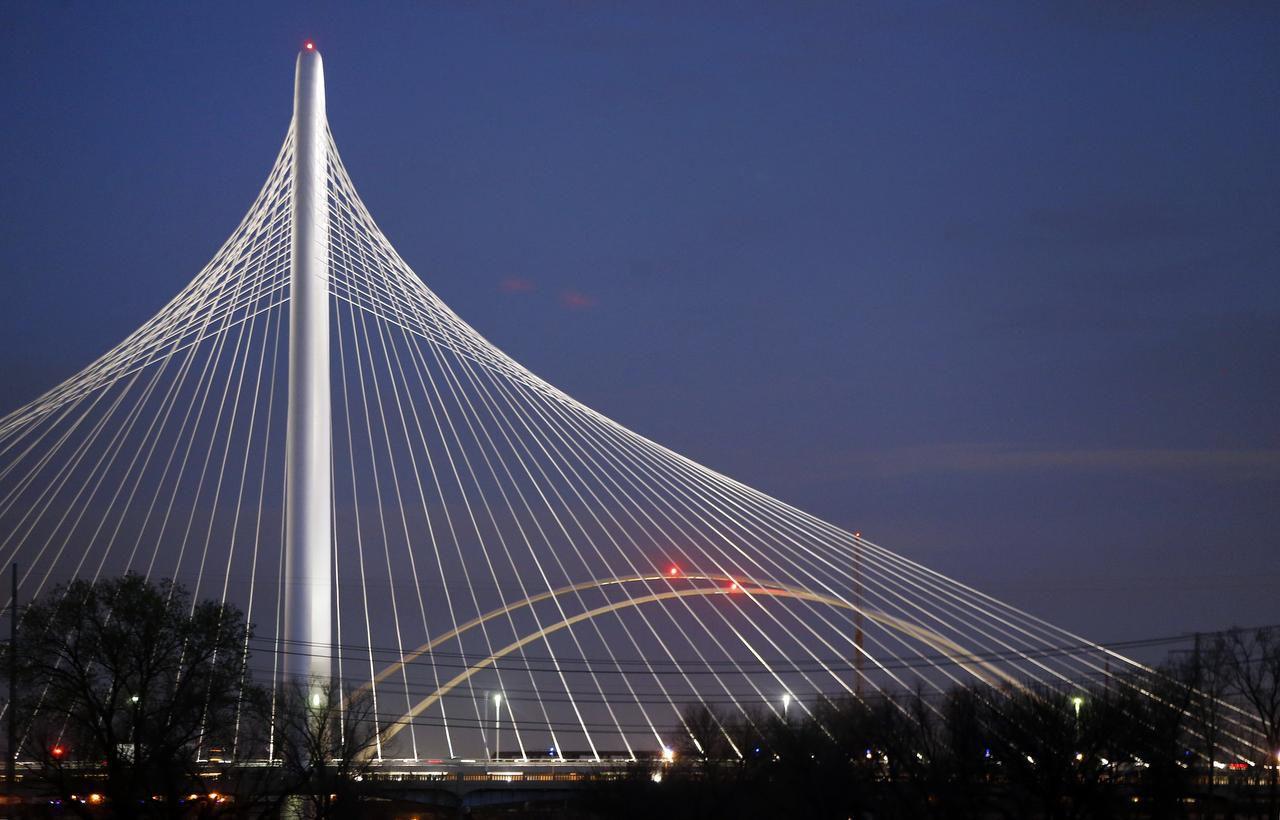 El puente Margaret Hunt Hill conectó el centro con West Dallas, pero no fue concebido para ciclistas y peatones.   TOM FOX/DMN