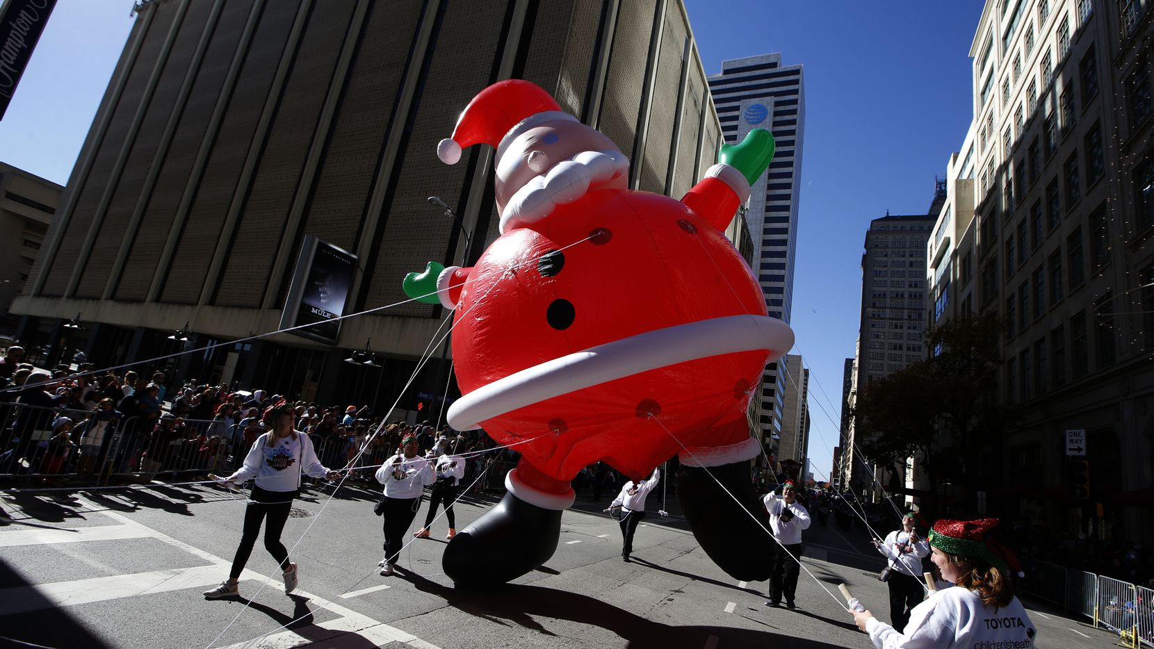 Santa the balloon has trouble staying in the air during the Dallas Holiday Parade on Dec. 1, 2018. (Nathan Hunsinger/The Dallas Morning News)