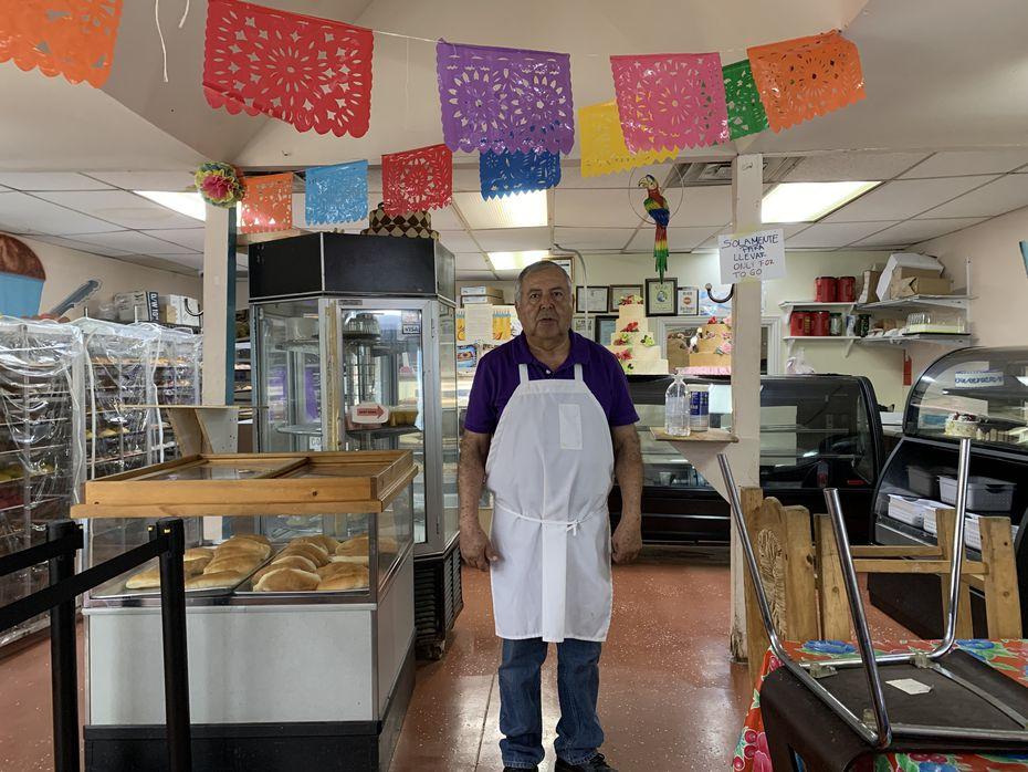 Alfonso Vera, 66, es dueño de la Panadería Vera, en Oak Cliff. Sus ventas han bajado 80%. El 1 de abril su negocio cumplió 25 años y no ha podido entregar las bolsas de fieltro que iba a dar como agradecimiento a sus clientes.