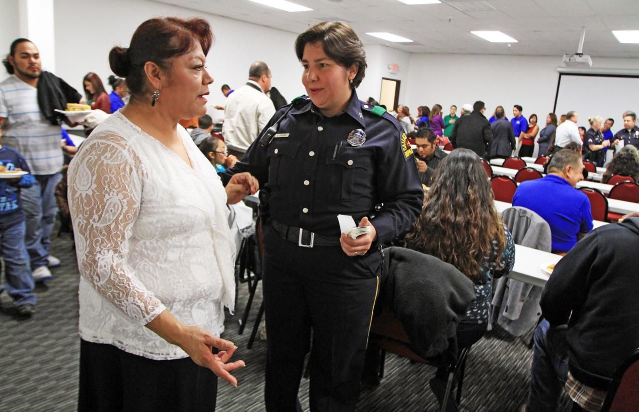 María Puente, de Pleasant Grove, habla con la agente Ana Arrona (derecha), durante una clase de patrullas ciudadanas. (AL DÍA/ARCHIVO)