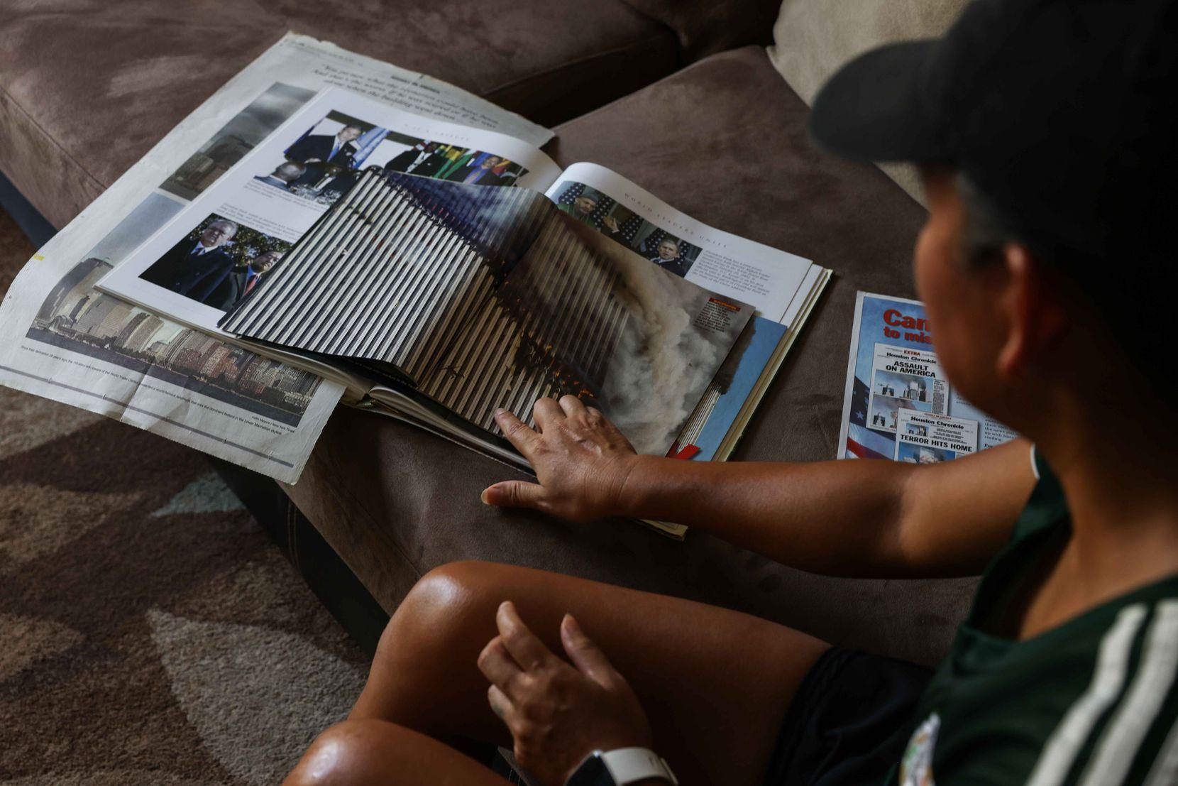 Julieta Montemayor muestra sus recuerdos del 9/11 que ella guarda en su hogar de Farmers Branch.