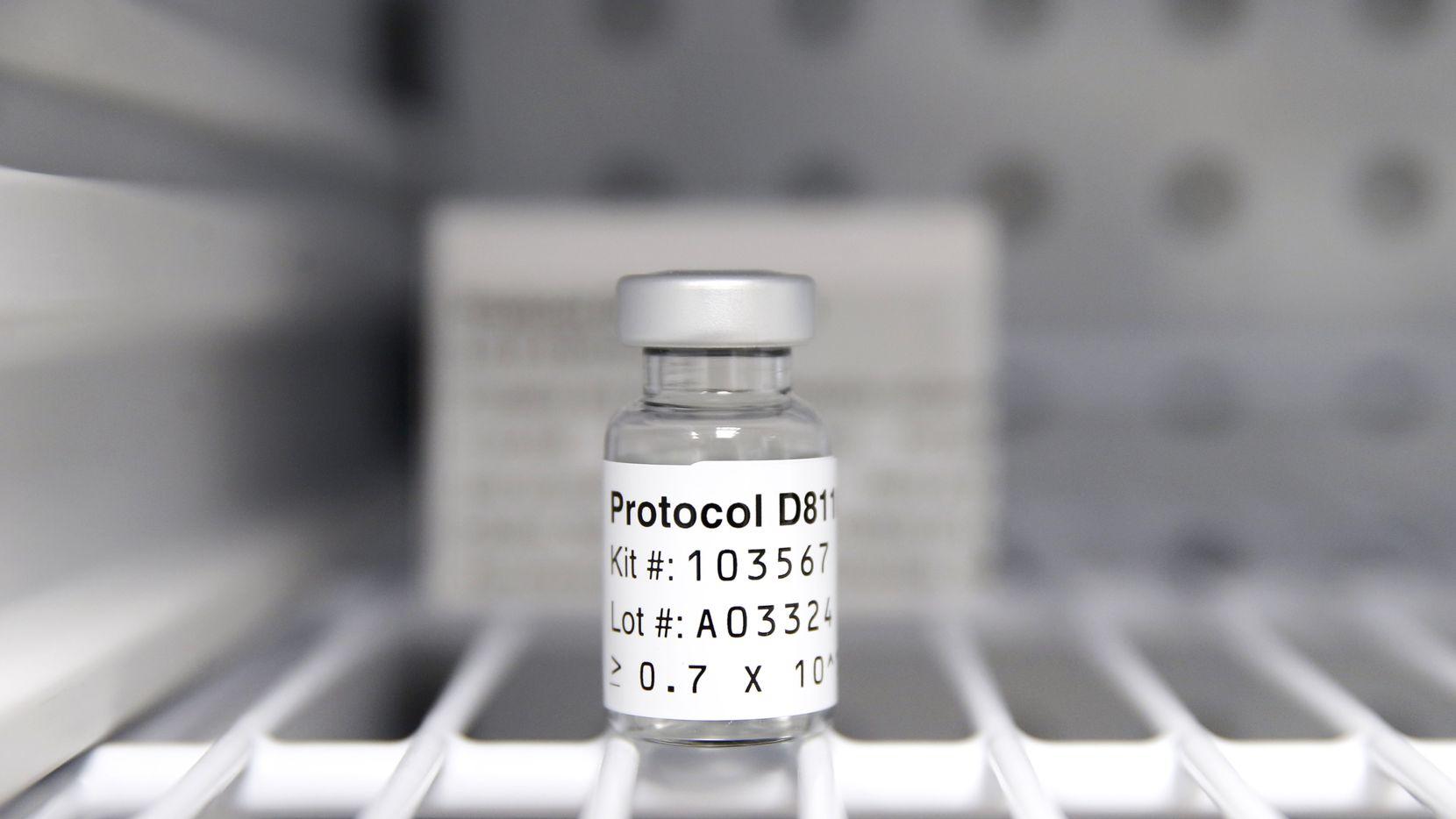 Una ampolleta de la vacuna de AstraZeneca fase 3 se encuentra en una clínica de Oak Cliff que administra esta vacuna a pacientes sin covid-19 como parte de un periodo de prueba.