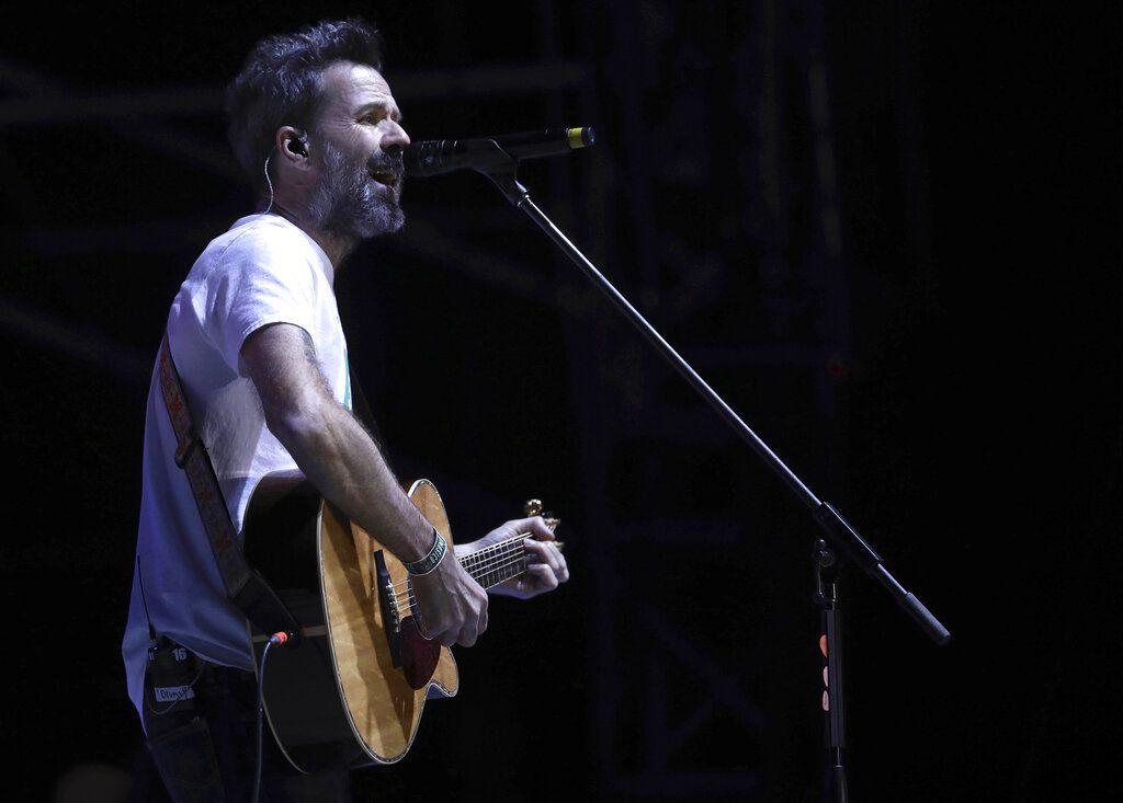 In esta imagen del sábado 18 de marzo de 2017, Pau Donés, vocalista del grupo español Jarabe de Palo, actúa en la 18va edición del festival Vive Latino en Ciudad de México. Donés falleció el martes 9 de junio de 2020 a los 53 años, debido a un cáncer que sufrió durante casi cinco años.