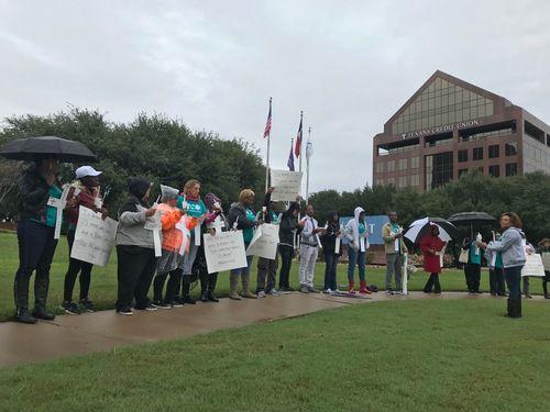 Miembros de Texas Organizing Project se reunieron afuera del hotel Hyatt Regency, donde la fiscal del condado Dallas Faith Johnson dio una presentación. La organiación protestaba en contra de las políticas de las fianzas del condado, el miércoles 17 de octubre del 2018. (JAVIER GIRIBET/AL DÍA)