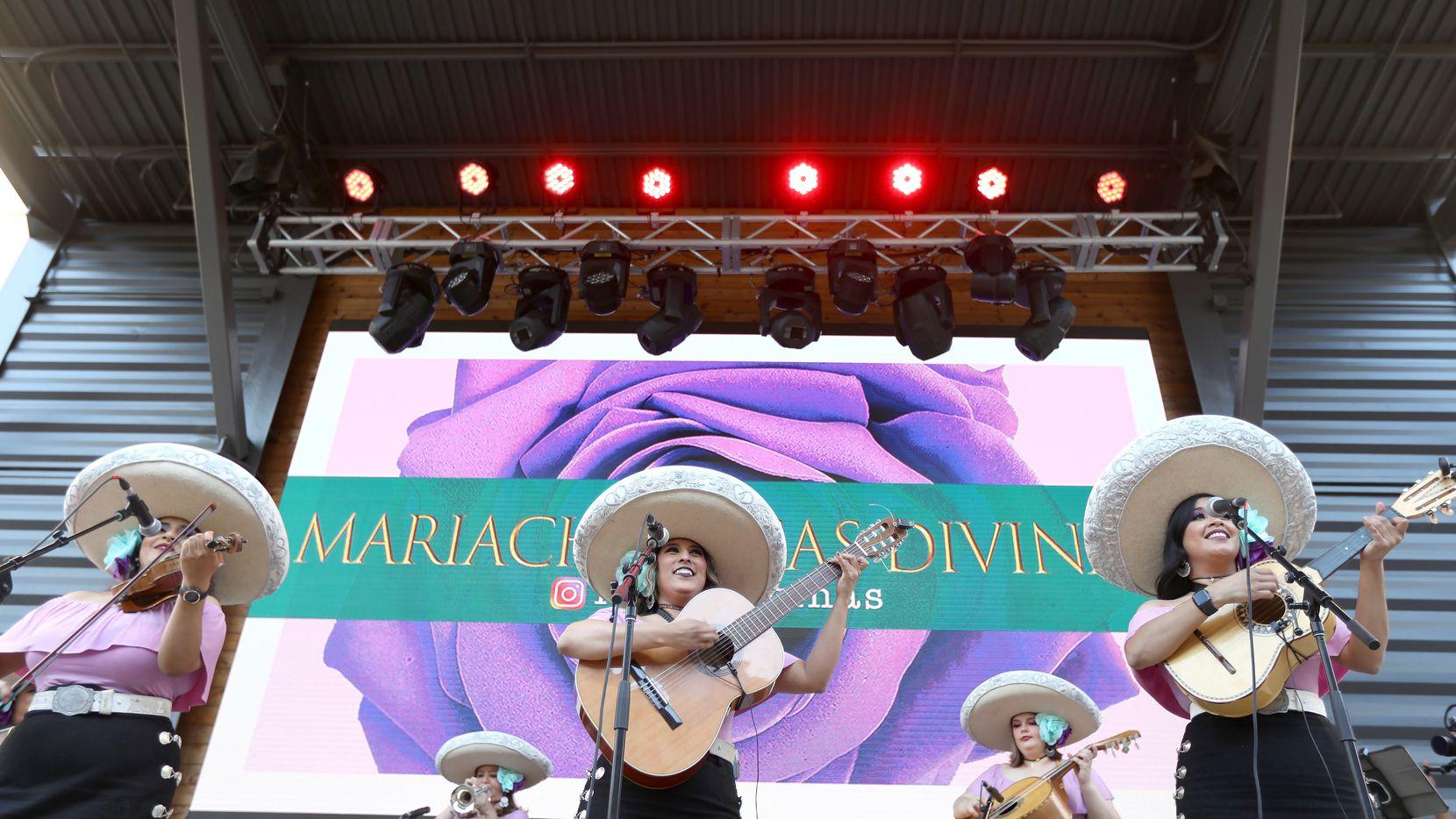 El Mariachi Rosas Divinas se presentó el miércoles en Legacy Hall, en Plano. Luego de un año casi sin poder actuar esperan retomar uno de sus máximos eventos: el Día de las Madres.
