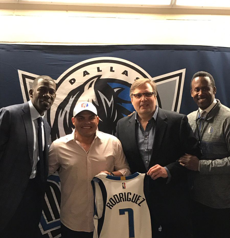 "Michael Finley, Ivan ""Pudge"" Rodriguez, Donnie Nelson and Rolando Blackman."