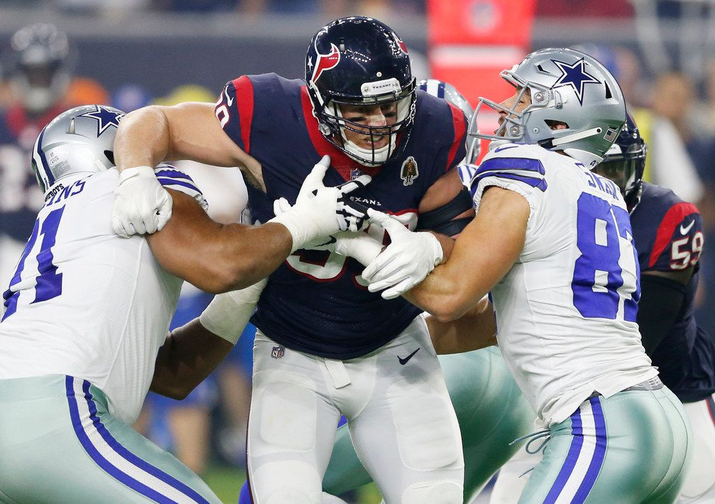 El ala defensiva de los Texans de Houston, Houston, J.J. Watt (99), es bloqueado por dos linieros de los Cowboys de Dallas durante un juego efectuado el 7 de octubre de 2018 en el NRG Stadium de Houston.
