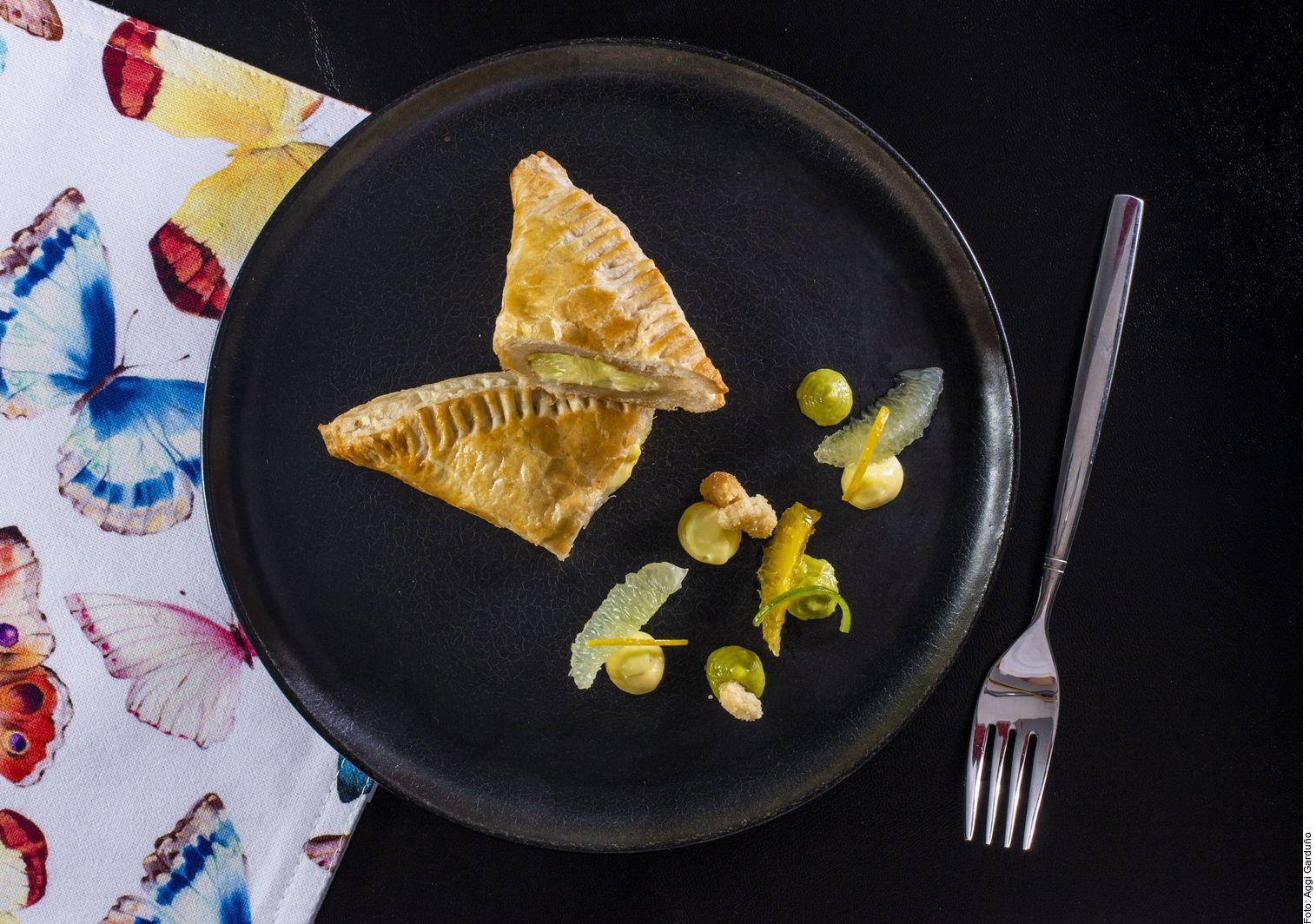 Los pastes de limón los logra al disponer en una cacerola a fuego medio el jugo y la ralladura de limón, el azúcar y los huevos.