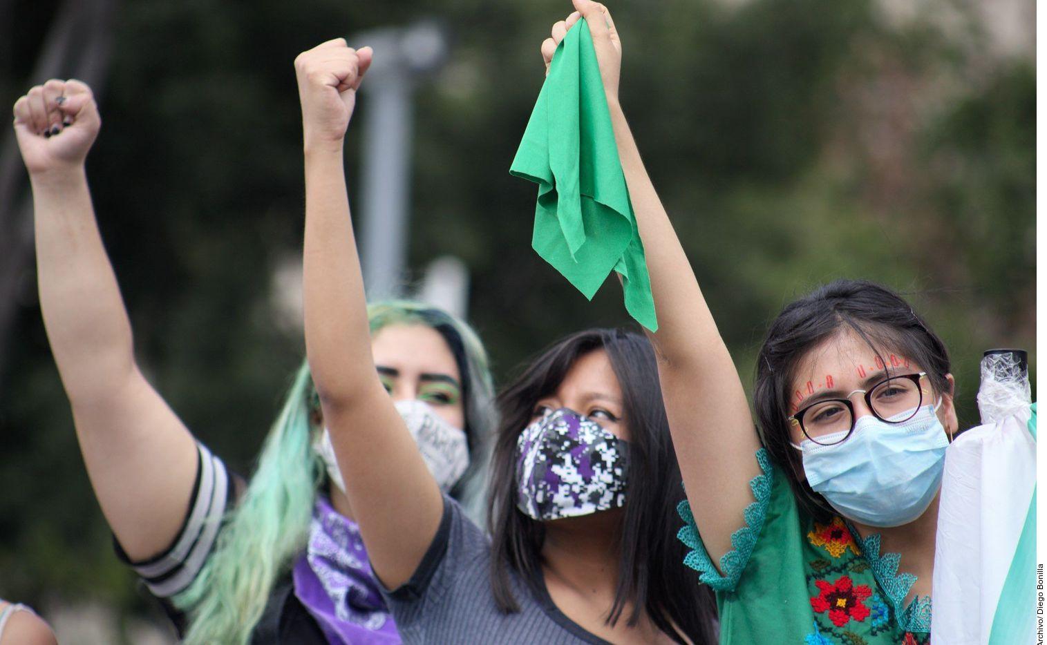 En esta fotografía de archivo sin fecha, mujeres protestan a favor del derecho a abortar en México.