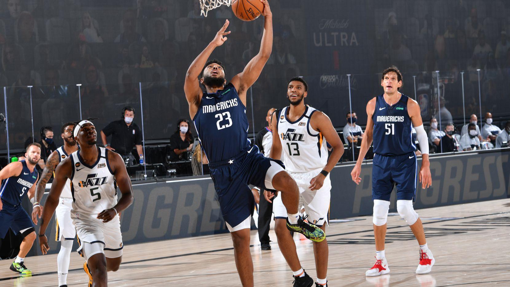 El jugador de los Dallas Mavericks, Josh Reaves, encesta ante el Jazz de Utah en el juego disputado el 10 de agosto de 2020 en Orland,  Florida.