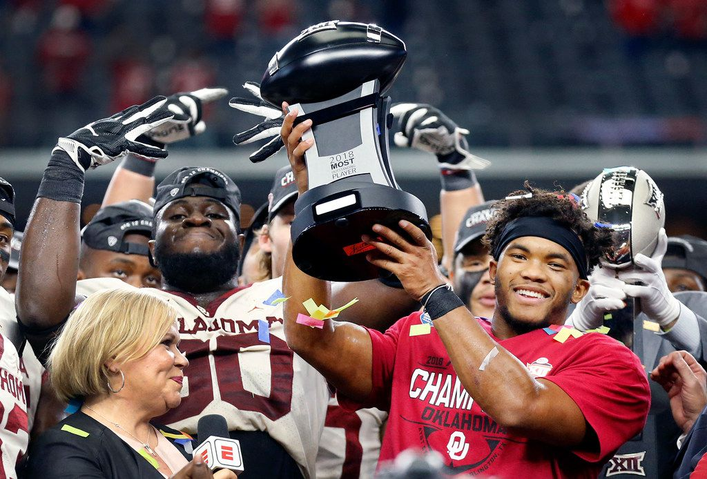 Oklahoma Sooners quarterback Kyler Murray raises the MVP trophy after defeating the Texas Longhorns in the Big 12 Championship at AT&T Stadium in Arlington, Texas, Saturday, December 1, 2018. The Sooners defeated the Longhorns, 39-27. (Tom Fox/The Dallas Morning News)