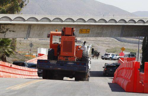 Llevan equipo de construcción pesada a la entrada que lleva a donde pondrán los prototipos del muro, a lo largo de la frontera entre México y Estados Unidos. Foto AP