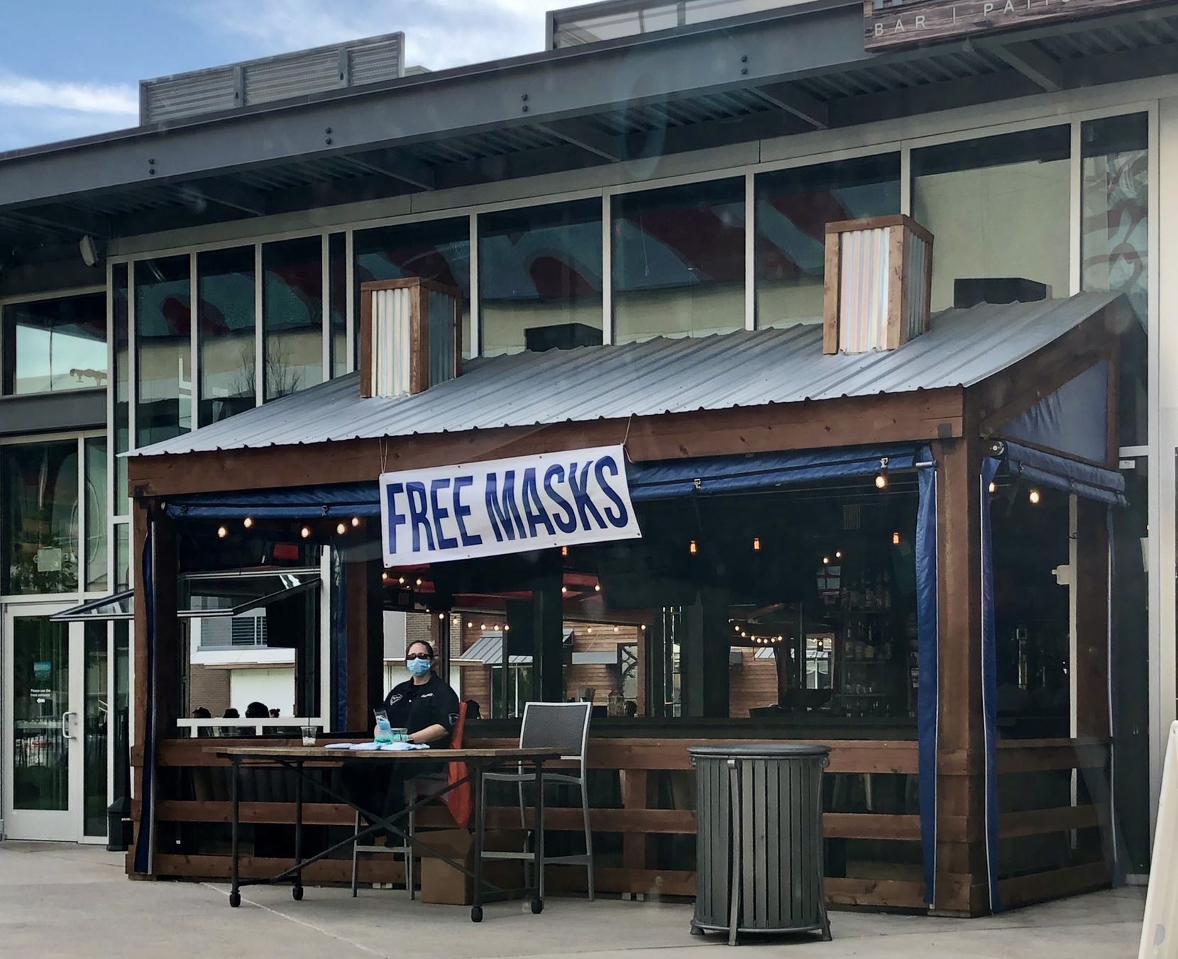 A 'free masks' sign at the Reservoir bar and restaurant in Las Colinas on May 1, 2020.