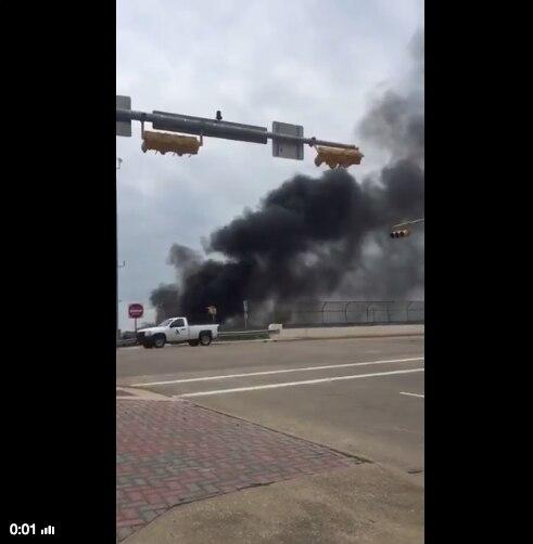 Una persecución  de un trailer terminó en incendio en Arlington. FOTO TOMADA DE TWITTER.