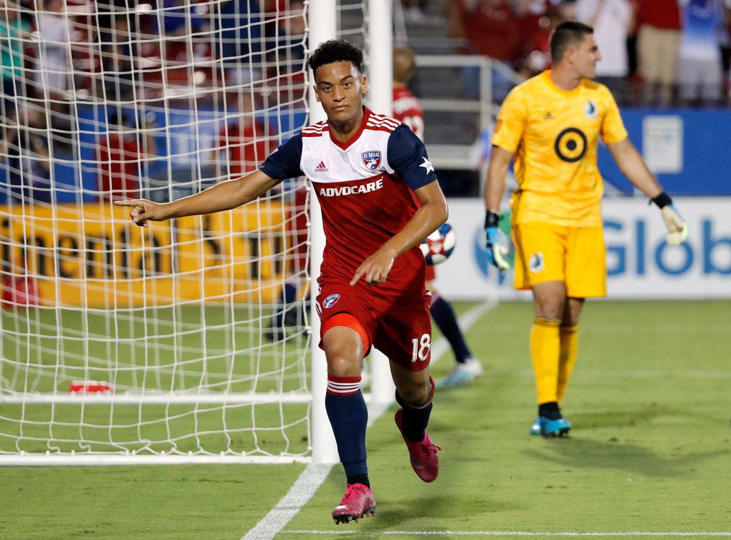 FC Dallas' Brandon Servania celebrates his goal as Minnesota United goalkeeper Vito Mannone, rear, looks away during the second half of an MLS soccer match in Frisco, Texas, Saturday, Aug. 10, 2019. (AP Photo/Tony Gutierrez)