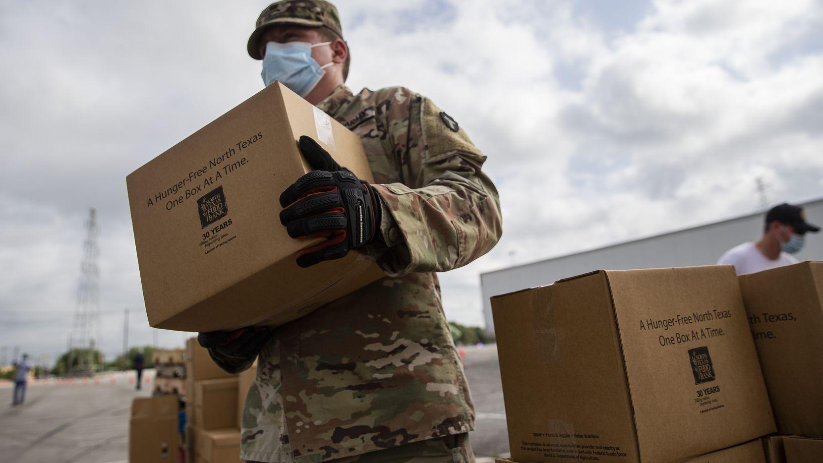 Más de 250 integrantes de la Guardia Nacional estaban ayudando en la repartición de comida del North Texas Food Bank, pero fueron desplegados para ayudar con la seguridad en las ciudades debido a actos de violencia durante las protestas recientes.