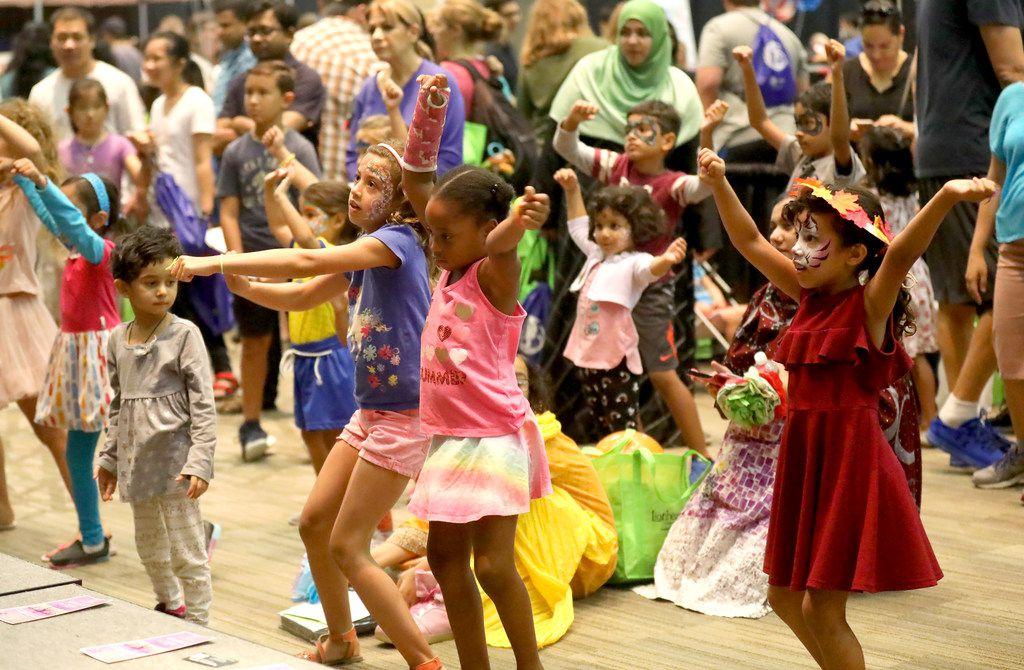 Un grupo de niños baila durante una demostración de baile en la feria Families First que se realizará en el Plano Event Center.