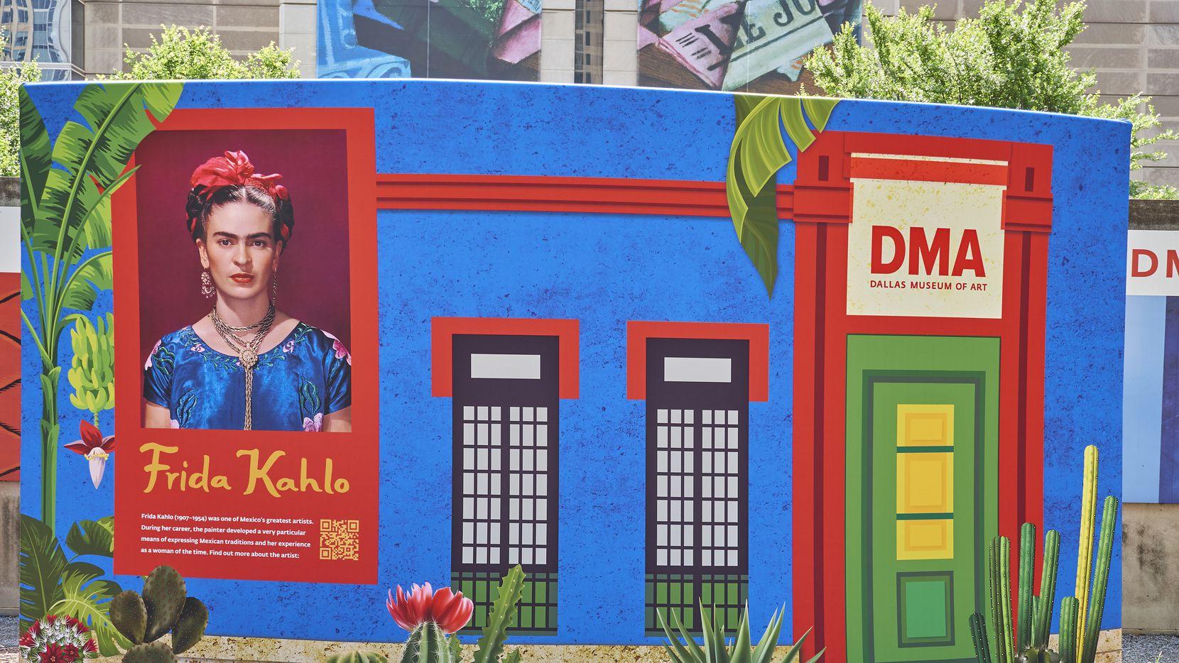 """Dos pinturas de la exhibición en el Dallas Museum of Art """"Frida Kahlo: Cinco obras"""" forman parte de una instalación al aire libre en el Norte de Texas."""