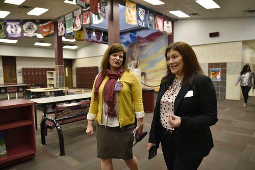 Magda Hernández, superintendente de Irving ISD, derecha, camina con Toscha Reeves, directora de Austin Middle School, durante una visita al plantel, el martes. (Ben Torres / Especial para Al Día)