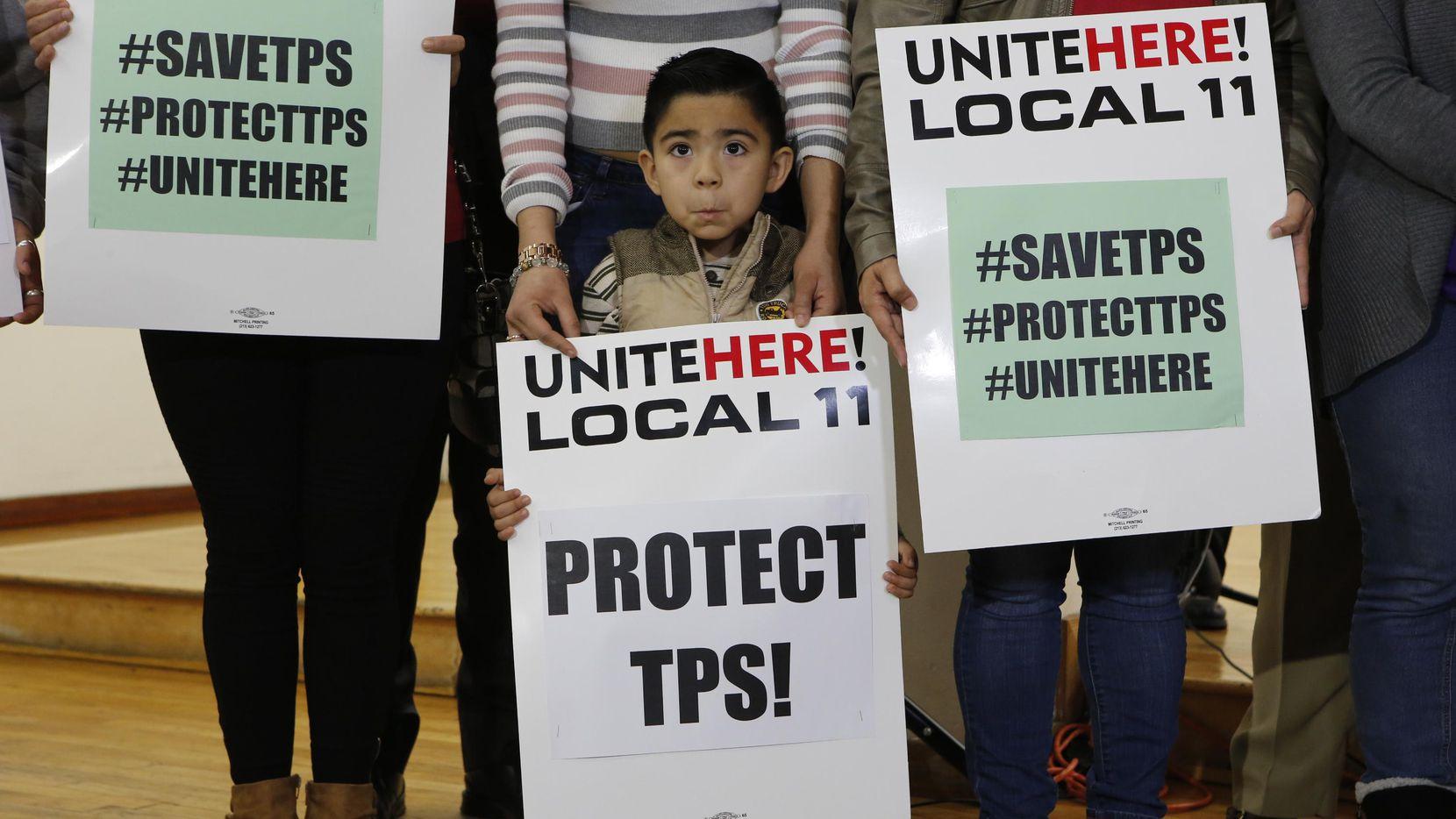 Una niña porta un cartel en apoyo al TPS para inmigrantes de El Salvador.(AP)