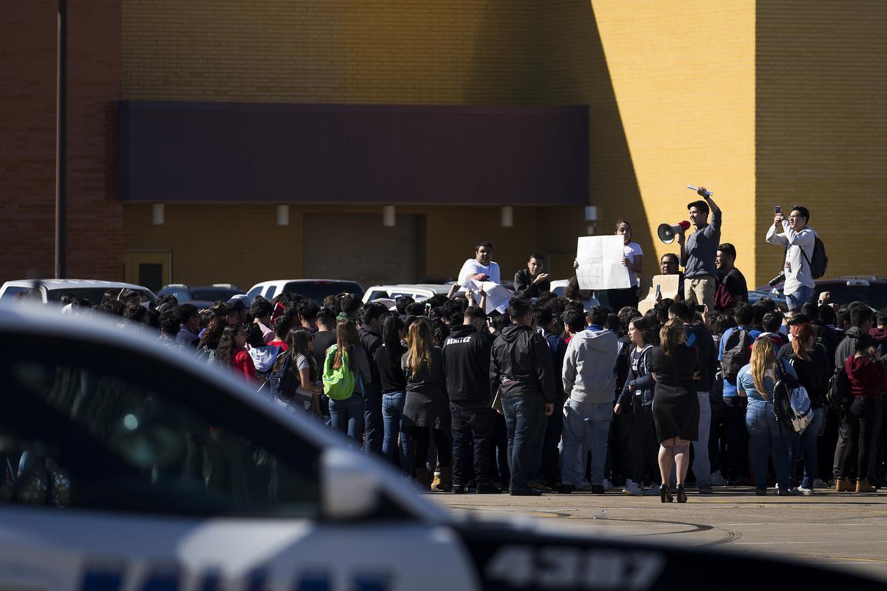"""Estudiantes de la preparatoria Moisés Molina realizaron una protesta el jueves pasado por """"Un Día Sin Inmigrantes""""."""
