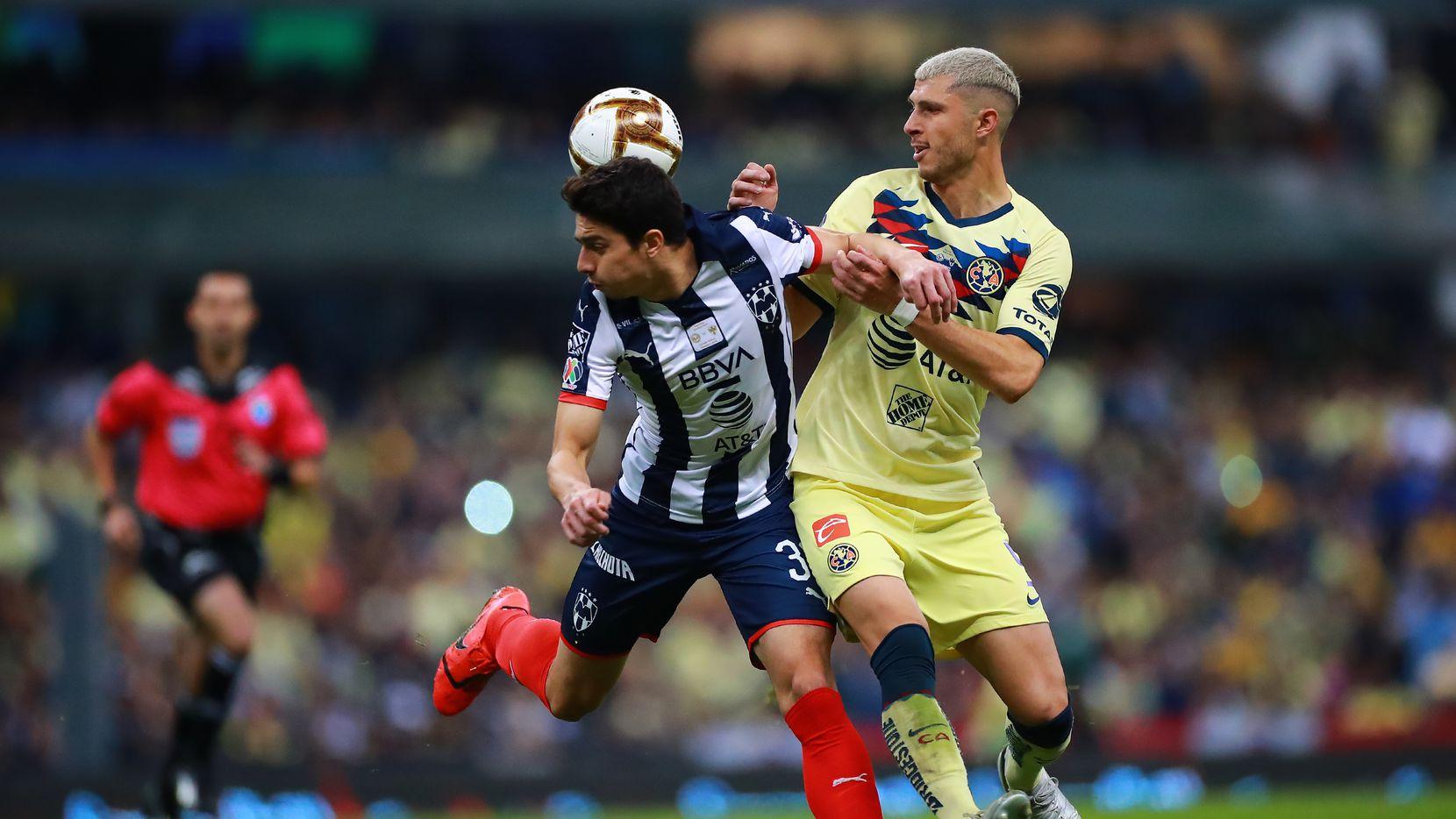 John Medina (izq.) del Monterrey recibe la marca del jugador del América, Guido Rodríguez, durante el partido del 29 de diciembre en el Estadio Azteca.