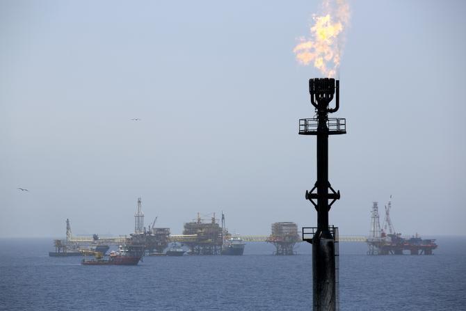 En esta fotografía de archivo sin fecha se ve la torre con una flama de gas en un pozo petrolero operado por Pemex en la costa de Ciudad del Carmen, México.