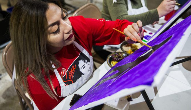 Priscilla DeLeon trabaja en su lienzo durante un taller de pintura enfocado en Selena, en el estudio de arte Candelaria & Co. en Dallas, el viernes, 8 de marzo. (Por Ashley Landis/The DMN)