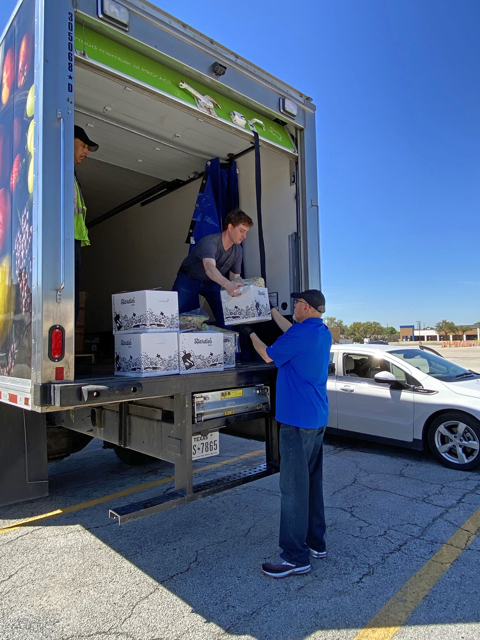 Hardie's Fresh Foods is offering $20 boxes in Dallas parking lots, a grab bag of that week's fresh fruit and vegetables, and at wholesale prices.