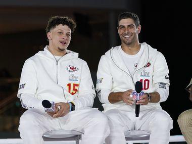 Los quarterbacks Patrick Mahomes (der.), de los Chiefs de Kansas City, y Jimmy Garoppolo de los 49ers de San Francisco, durante la noche de medios de prensa del Super Bowl, el lunes 27 de enero de 2020, en Miami.