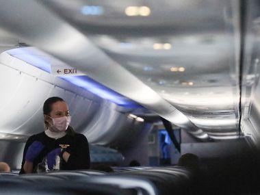 Una asistente de vuelo camina por los pasillos de un avión el 20 de abril a su partida de Baltimore, Maryland.