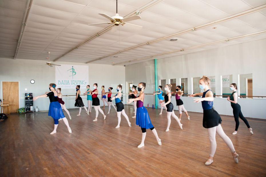 Los bailarines en Baila Irving Performing Arts Academy practican sus movimientos con distancia social y cubrebocas.