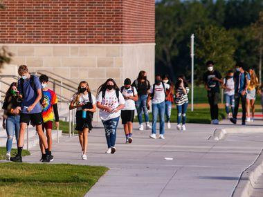Un grupo de estudiantes en la preparatoria Rock Hill, en Frisco, en el inicio del año escolar el pasado 12 de agosto.