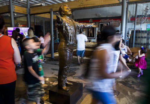 Los fundadores de Mercado369, una galería de arte hispano y centro cultural en Oak Cliff invitaron a la activista de los derechos humanos Rigoberta Menchu y al expresidente mexicano Vicente Fox para una recaudación de fondos. (Ashley Landis/The Dallas Morning News)