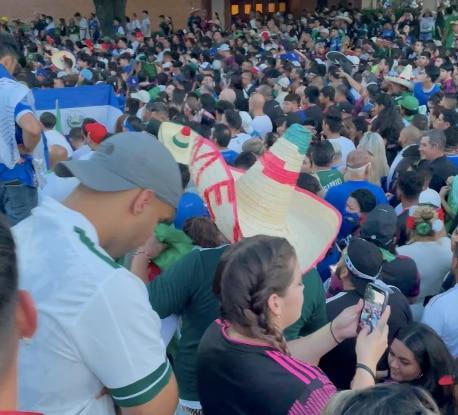 La organización en el Cotton Bowl fue desbordada por la cantidad de aficionados que no pudieron ingresar al partido de México contra El Salvador, el 18 de julio de 2021.