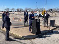 El jueves el alcalde Eric Johnson estuvo en la apertura de un nuevo centro de vacunación en The Potter's House al sur de Dallas.