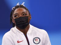 """Simone Biles, sobre quien pesaban enormes expectativas en estos Juegos Olímpicos, tomó la decisión de no participar en el evento por equipos y en el All Around, para priorizar su salud mental. Una terapeuta del Children's Hospital dijo que fue una decisión """"valiente""""."""