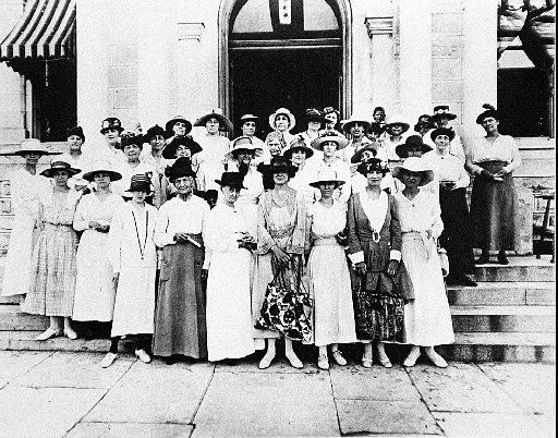 Austin Women gathered at the Travis County Courthouse in 1918 to register to vote in the first primary election in which women were allowed to vote.  (Credit: Austin History Center, Austin Public Library)