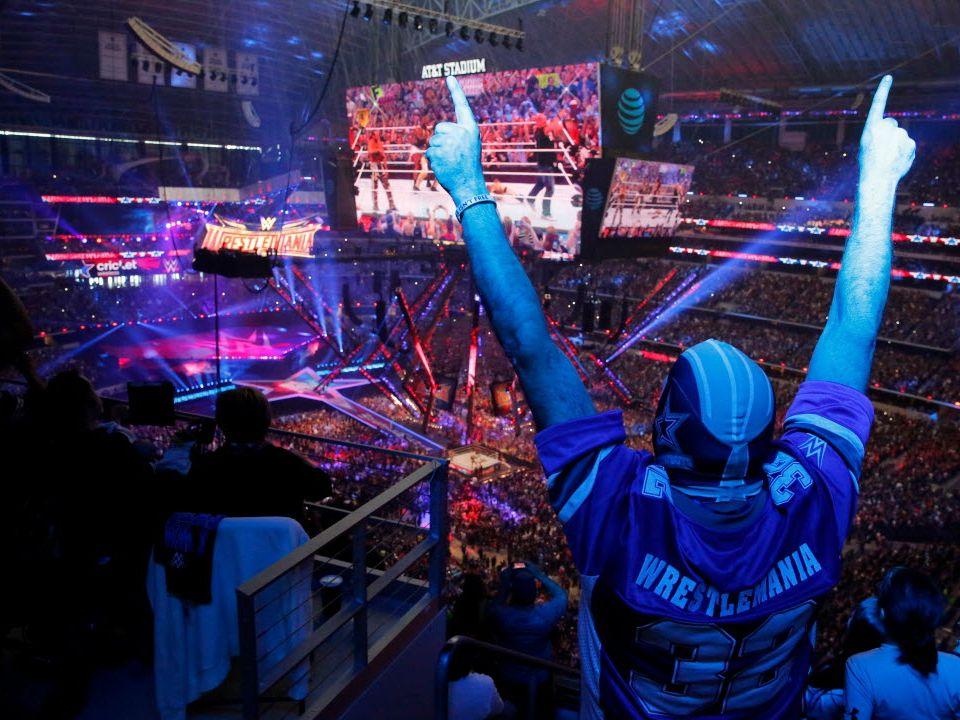 """Kevin Bracken apoya al luchador """"Stone Cold"""" en WrestleMania 32, el 3 de abril de 2016 en el AT&T Stadium de Arlington."""