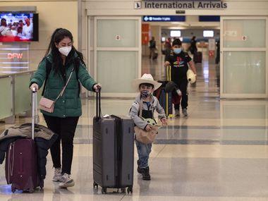 Jéssica Bárcenas viajó de San Luis Potosí a Dallas-Fort Worth con sus dos hijos, Israel Valles, de 5 años y Sebastián Valles, de 10 años. Por cada uno tuvo que pagar $1,600 pesos ($80 dólares) para hacerse la prueba de covid-19 antes de abordar su vuelo de American Airlines.