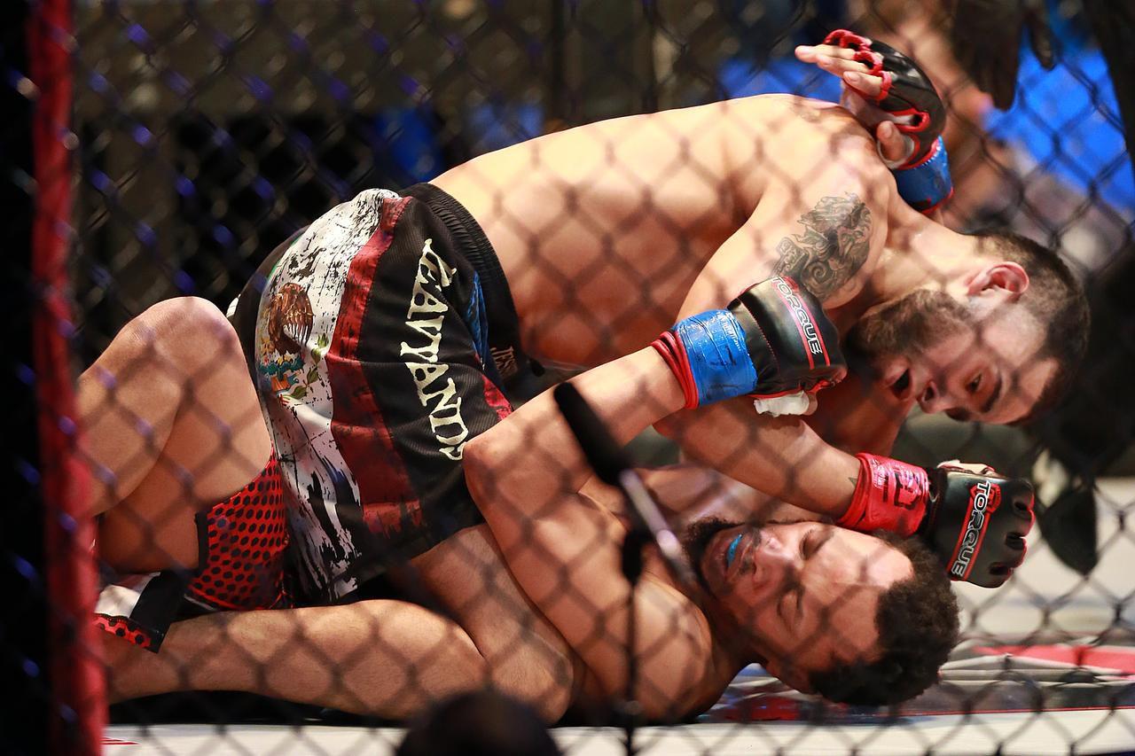 Jessie Vásquez (arriba) derrotó a Joshua Hunter el sábado 27 de febrero en Dallas, en una cartelera de artes marciales. (ESPECIAL PARA AL DÍA/OMAR VEGA)