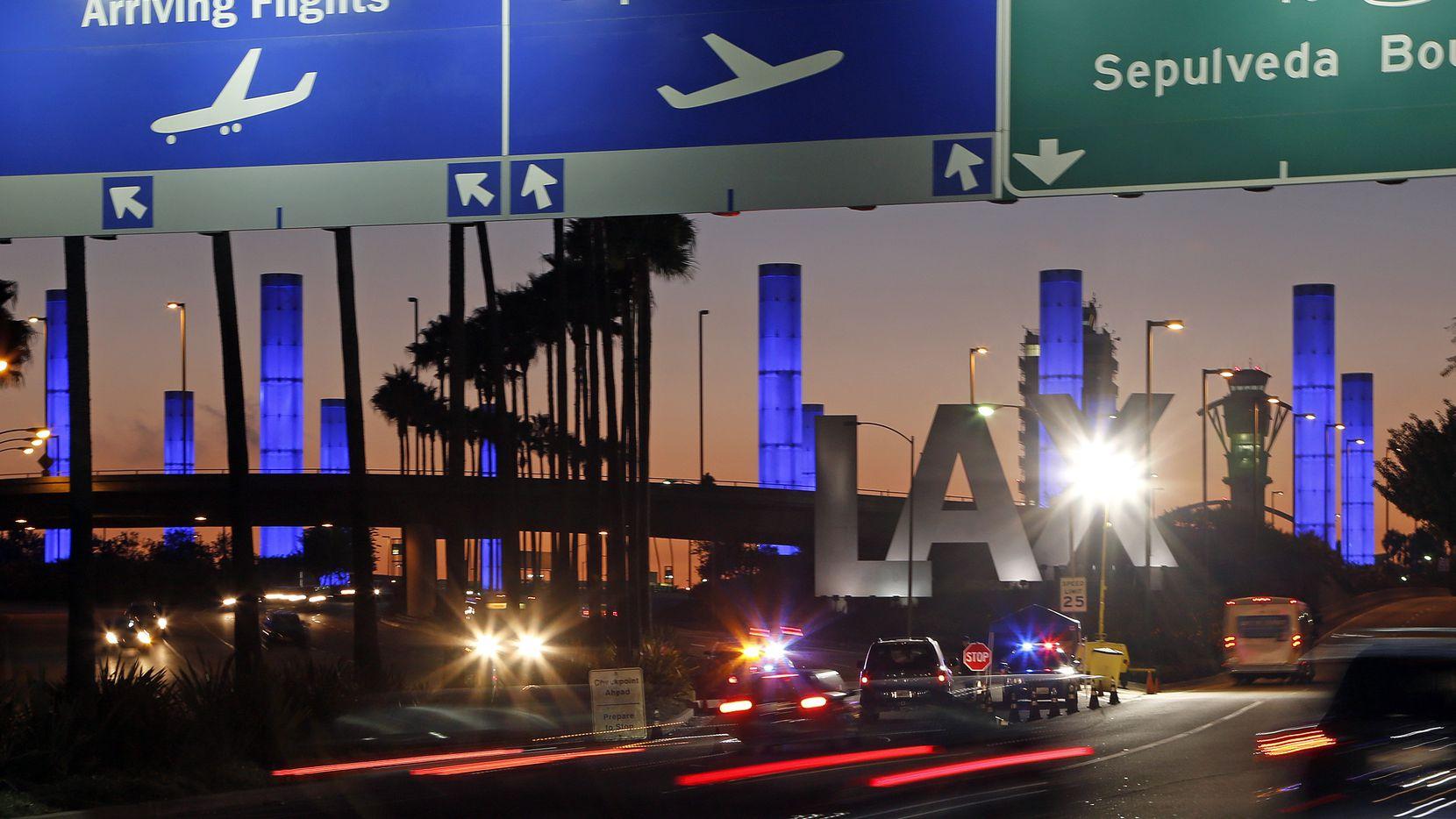 La entrada al Aeropuerto Internacional de Los Ángeles, uno de los más congestionados para viajes a Asia y otros destinos internacionales.