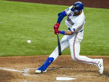 El jugador de los Texas Rangers, Joey Gallo, conecta un cuadrangular productor de tres carreras en contra de los Padres de San Diego, el 18 de agosto de 2020 en el Globe Life Field de Arlington.