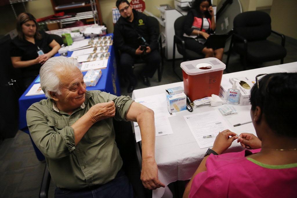 Gavino Saldívar, de DeSoto, recibe su vacuna contra la gripa en un centro para adultos mayores en de los Servicios Humanos y de Salud del Condado. ANDY JACOBSOHN/DMN