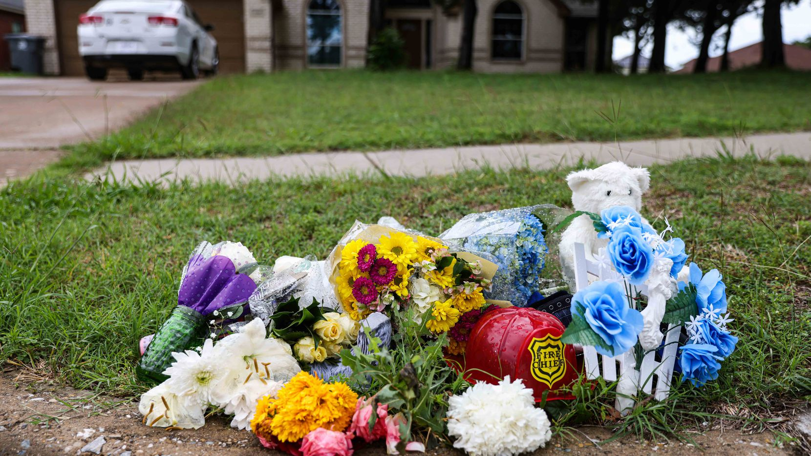 A makeshift memorial on Saddleridge Drive in Dallas on Monday, May 17, 2021, rests on the spot where the dead body of 4-year-old Cash Gernon was found last Saturday morning. (Lola Gomez/The Dallas Morning News)