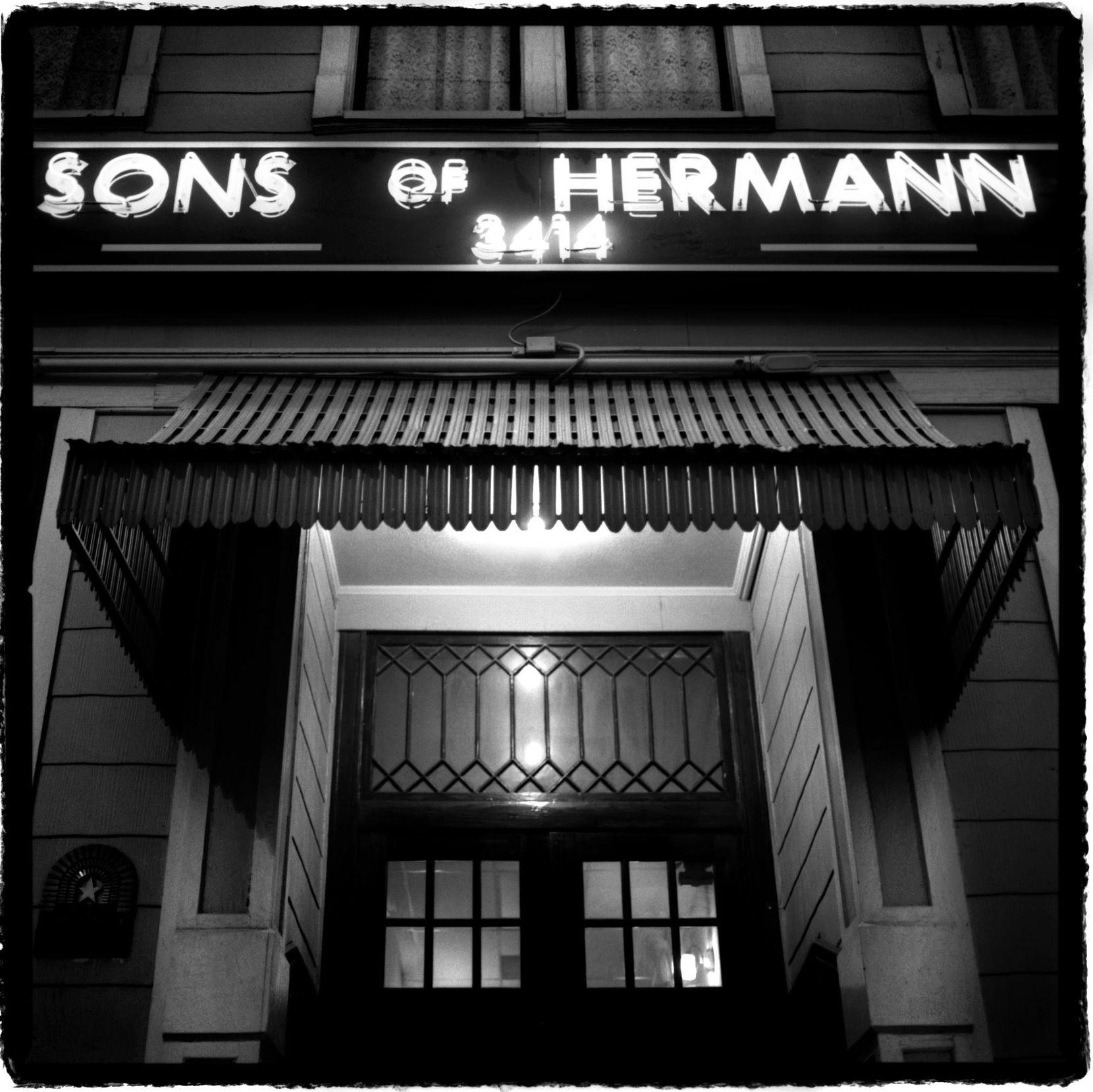 The Sons of Hermann Hal, un salón de baile en Elm Street, tiene reporte de una pareja de baile que luego desaparece