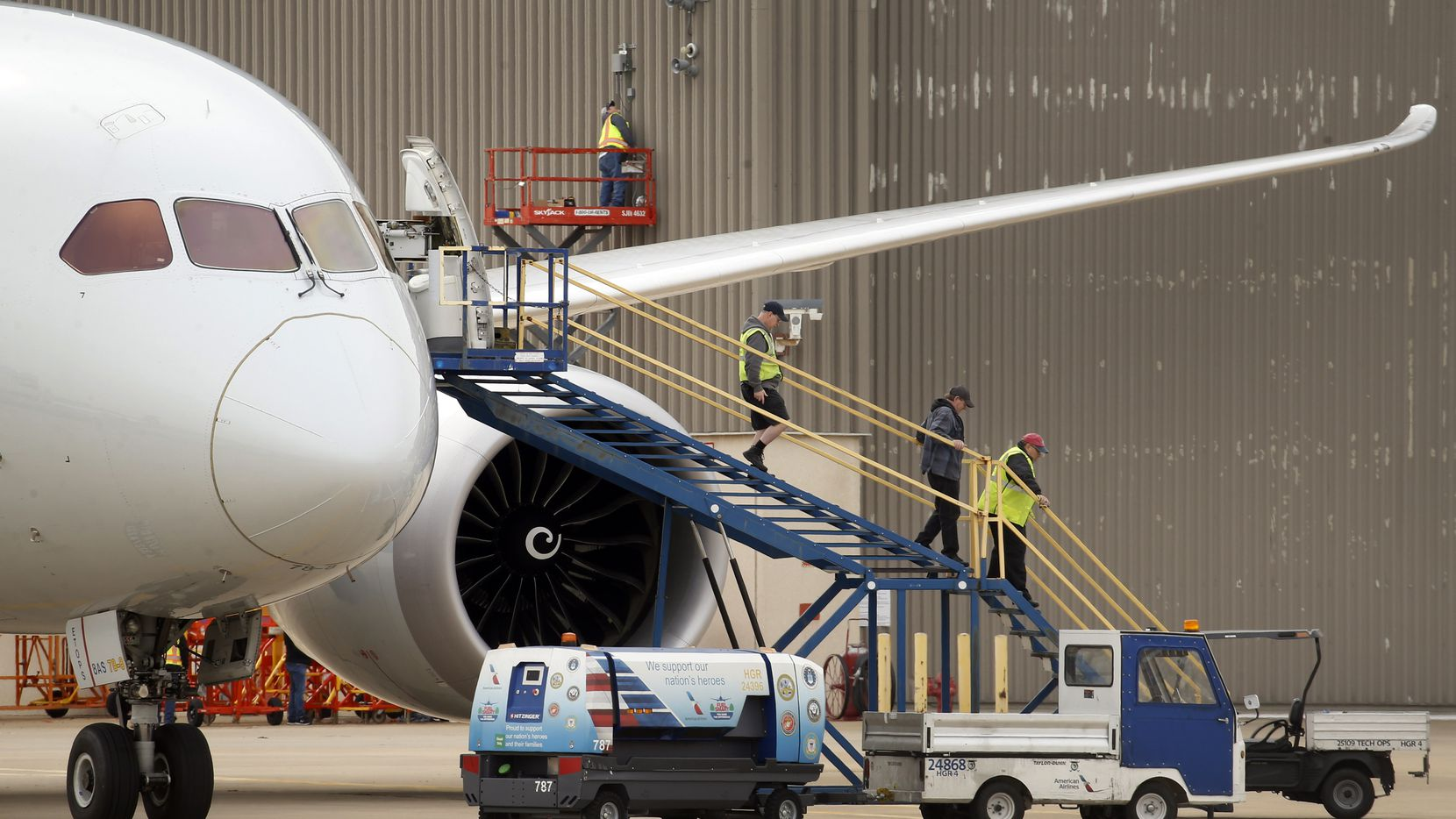 American Airlines maintenance crewman work on an aircraft outside an American hanger at Dallas-Fort Worth International Airport, Tuesday, January 21, 2020. (Tom Fox/The Dallas Morning News)