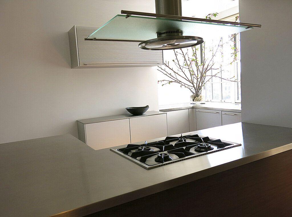 Cocina de un departamento de Nueva York diseñada por Carolyn DiCarlo con abundantes mostradores y luz natural. Foto del 2013. (Adam DiCarlo/Carolyn DiCarlo via AP)